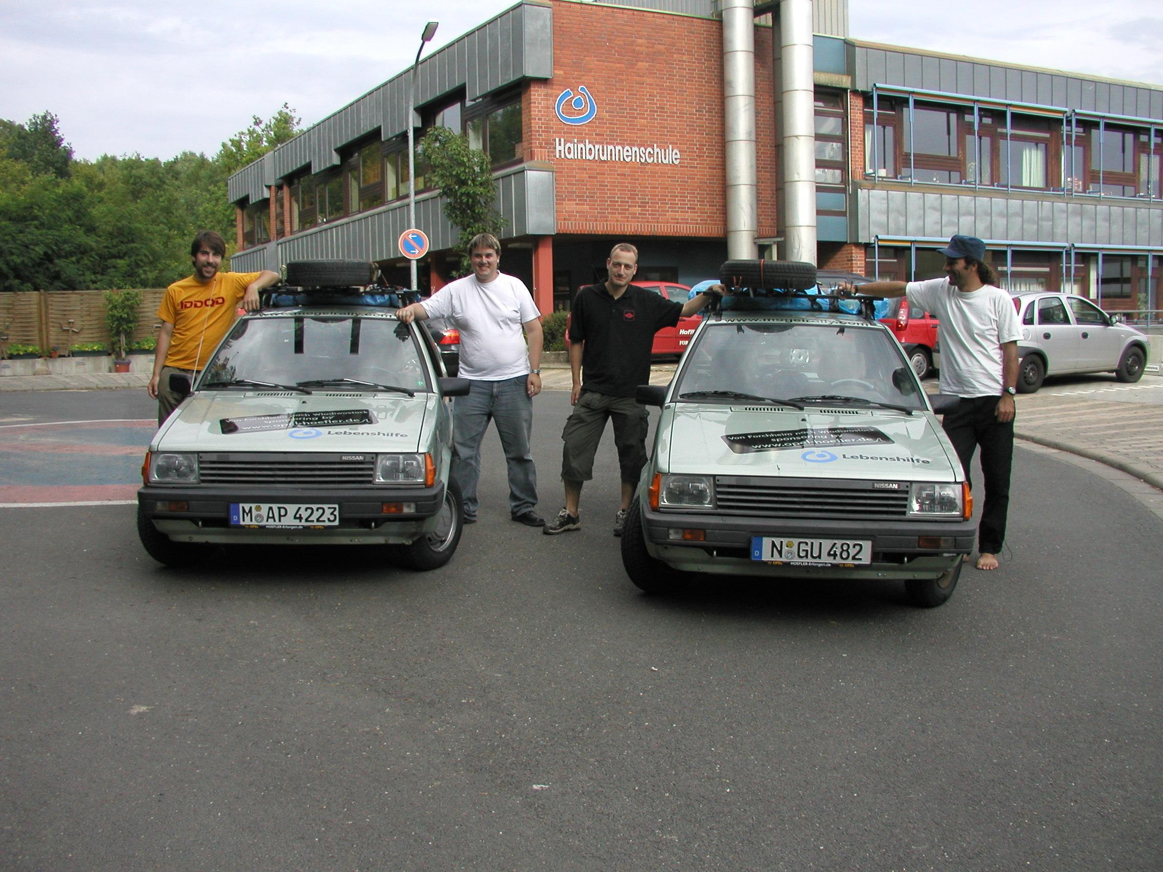 Die Teams bei ihren Fahrzeugen